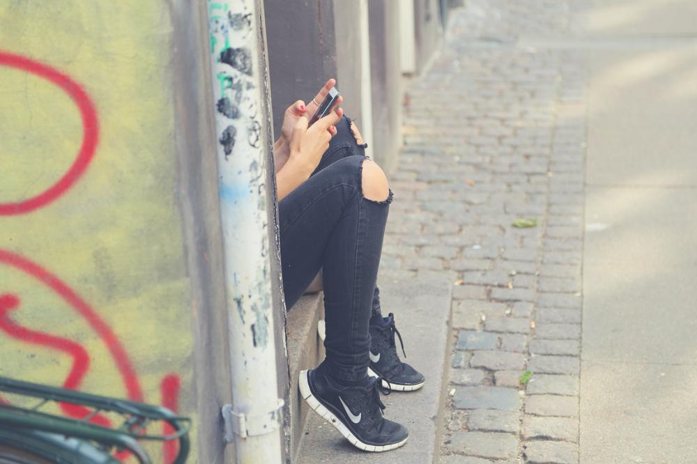 Adolescente no celular